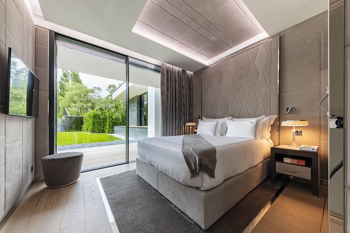 Ultima Geneva Grand Villa - Bedroom 2 - Lucy violin